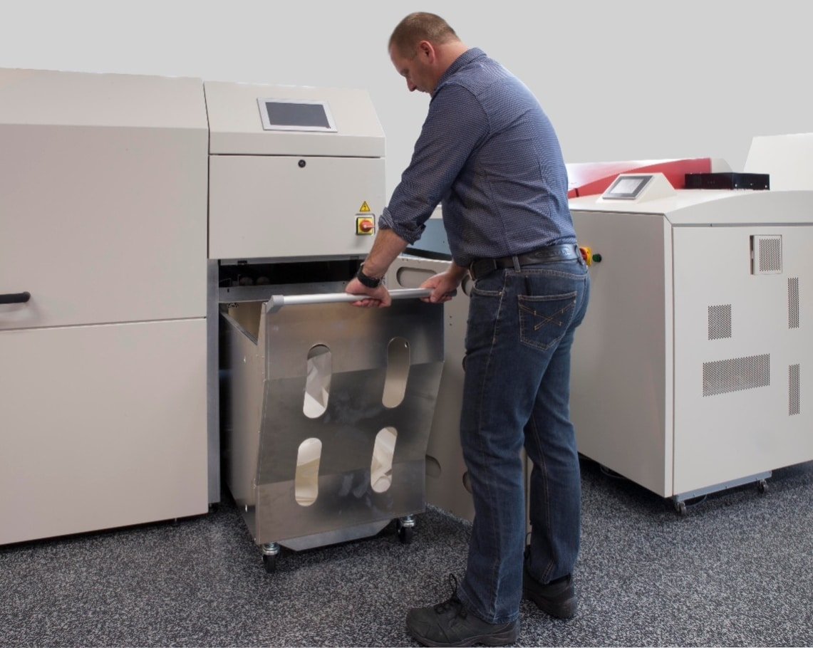 Interleaves are automatically removed and put in a trolley with a capacity of 400 m of paper